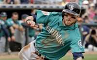 Video: Mariners' Shawn O'Malley jumps into stands to catch foul ball